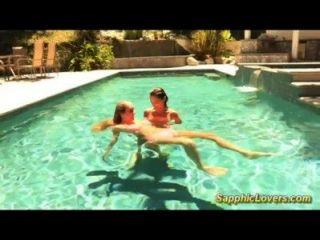 Impresionante sexo lesbiana en la piscina