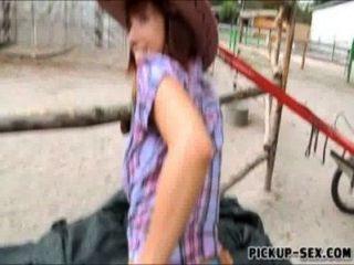 Cute cowgirl tina hot flashes sus tetas y golpeado por el dinero
