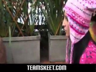Rubia sexy con condón rosa