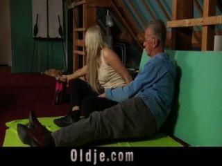 Oldman bendecido con un coño joven para fuck