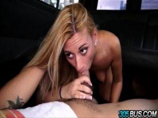 Cute blondie coco blue se engaña en el bus.4