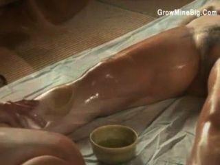 Las lesbianas japonesas se frotan sensualmente el uno con el otro