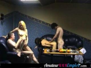 Dos chicas calientes folladas por dos tíos colgados en un trío