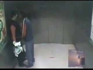 Sexo en el elevador