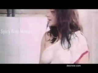 Escena caliente de la película del bgrade en cuarto de baño