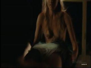 Chica rubia da un bj en la película