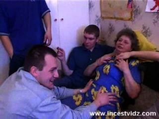 Marta folla con los chicos en su sala de estar
