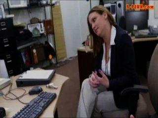 Foxy enormes boobs mujer de negocios jodido por dinero