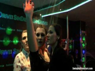 Chicas mojadas bailando eróticamente en un club