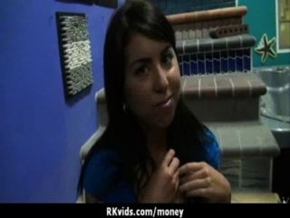 Desesperada adolescente desnuda en público y folla a pagar alquiler 4