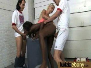 Ébano se folla en todos los agujeros por un grupo de tíos blancos 26