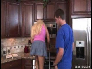 Rubia milf sacudidas en la cocina