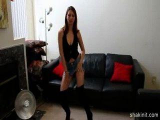 Falda de mezclilla corta nena desnuda y bailando