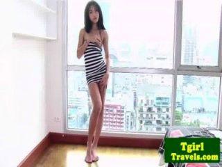 Asiática ladyboy amay le encanta mostrar su culo