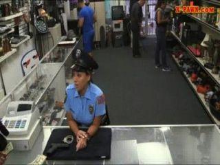 Ms oficial de policía con grandes tetas se follan con el hombre de peón