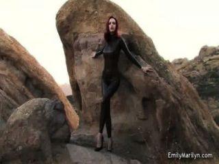Modelo de fetiche de emily marilyn en catsuit de látex