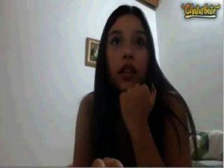 Linda latina adolescente con tetas enormes masturbándose