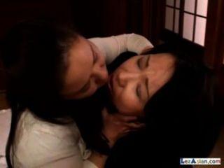 2 mujeres adultas gordas besándose chupando pezones dando palmadas en el piso en la habitación