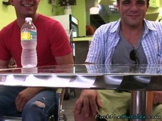 Horny dudes follando en un restaurante