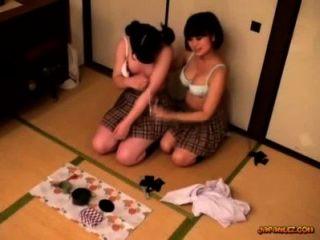 Colegiala obtener sus tetas frotadas coño lamido y dedos en el suelo en el