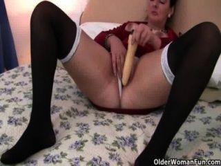 La milf británica ama el juego anal
