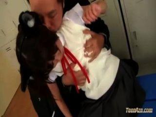 Colegiala con orejas de mascotas obtener sus piernas lamió pezones coño aspirado frotado por