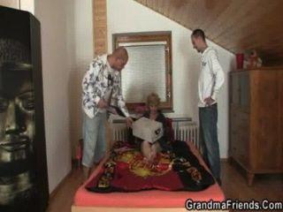Dos hombres de entrega comparten bebé maduro