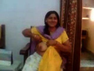 Video de sexo indio de una tía indiana mostrando sus pechos grandes rawasex.com