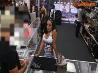 Gran titty latina da cabeza y golpeó por algo de dinero en efectivo