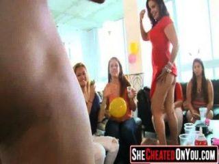 02 chicas de fiesta follando en el club con strippers 05