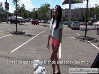 Tio folla adolescente ruso en su coche en público