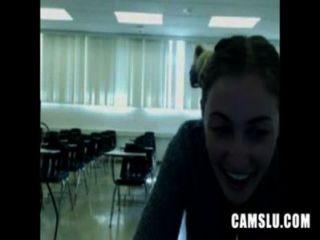 Oh no mi linda chica sexy masturbándose en un aula se ve atrapado por camery