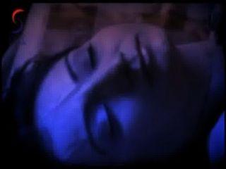 Akshara en la cama con una escena de película caliente hombre joven