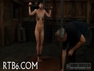 La actriz colgada es castigada
