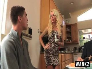Javrar.us maravilloso breasted blondie realiza fellatio en un stud