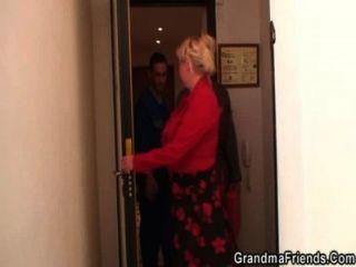 Dos reparadores follan abuela tetona de ambos extremos
