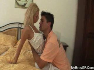 El marido atrapa a la novia que engaña con el amante