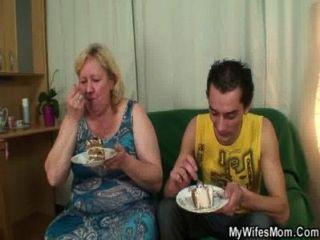 La madre enorme titted en ley le satisface