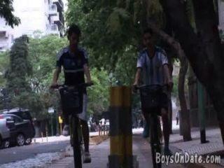 Los novios en bicicleta se ensucian en una ducha