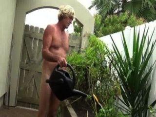 Jardinería desnuda peeing.wmv