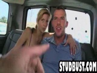 Flaco y moreno obtiene culo follado en una furgoneta