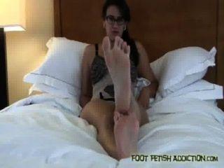Chupar mis pies y adorar mis pies, esclavo!