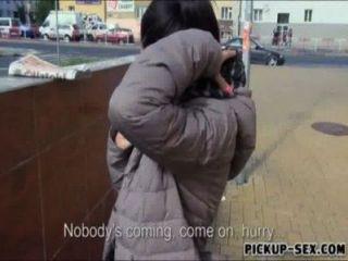Chica checa ashley woods flashes tetas y golpeado por dinero en efectivo