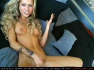 Lindo rubia juguetes y se frota en la cámara webcam gratis en vivo sexo