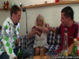 3some caliente con la abuela rubia