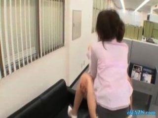 Oficina dama obtener su coño jodido cum a tetas chupando chico en el sofá en el