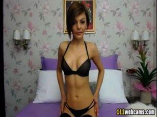 Elegante señora muestra sus encantos en la webcam