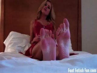 Abre tu boca y adora mis pies perfectos