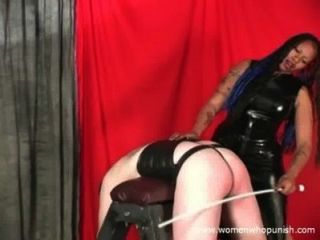 Chica esclava comiendo sact de su hombre maestro