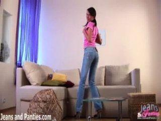 Mirame quitarme los pantalones vaqueros apretados